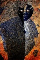 Visage de mazout incrusté dans le roc -