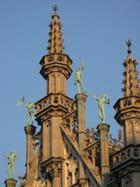 Finesse des statues sur le toit.. - Georgina VANDERMOSTEN