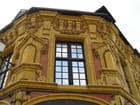 En rouge et jaune pour cette façade d\'angle - HELENA DUHOO