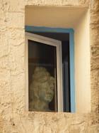 Portrait de femme à la fenêtre -
