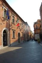 une rue de la vieille ville de Taormine - Genevieve LAPOUX