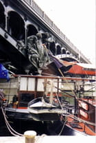 Péniche à quai, pont de Bir-Hakeim par Yvette GOGUE sur L'Internaute