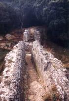 Anciennes conduites d'eau vers l'aqueduc du Pont du Gard.