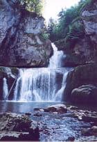 Au beau milieu coule une cascade
