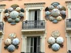 Barcelona, façade aux parapluies et éventails