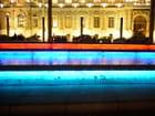 Bassin éclairé par un subtil jeu de lumières