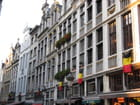 Beaucoup de drapeaux belges aux façades de la Grand Place..