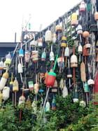 Bouées en bois multicolores