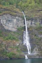 cascade le long du fjord
