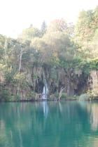 chute d'eau dans le lac