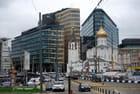 contraste entre la ville nouvelle et l'église ancienne