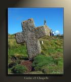 Croix et chapelle.