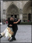 Danser face à Notre-Dame