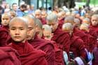 Défilé des moines avant le repas