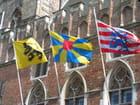 Drapeaux flottant sur Bruges