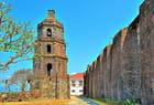 Eglise Santa Maria, clocher et contreforts à droite.