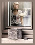 Elle l'attendait derrière la vitre...MM