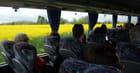 en bus au milieu des champs de colza