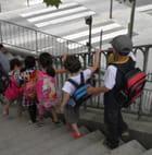 Enfants descendant un escalier