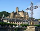Estaing. La croix du vieux Pont et le château