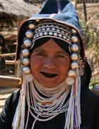 Femme akha aux dents noircies