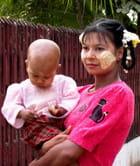 Femme birmane et son enfant