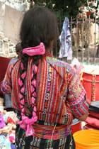 Femme de dos sur un marché