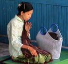 Femme en dévotion dans un temple