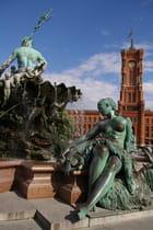Fontaine de Neptune et Mairie Rouge