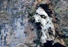 Forme humaine dans la falaise..