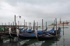 Gondoles sur le grand canal par ciel pluvieux