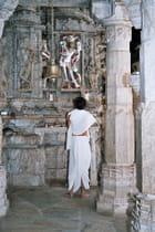 Hindou en prière dans un temple