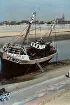 Insolite, voiture d'enfant amarrée au bateau