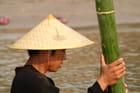 Jeune Laotien au bambou