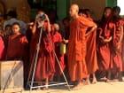 Jeunes moines admirant le paysage