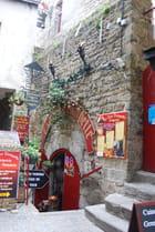 l'entrée de la crêperie dans la vieille tour