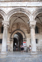 l'entrée du Palais du Recteur