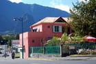 l'immeuble rose dans son décor de montagnes