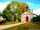 La chapelle et sa porte rouge.