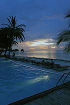 La nuit tombe sur la piscine