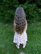 La petite fille aux longs cheveux