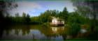 La petite maison au bord de l'étang.