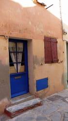La porte bleue au rideau