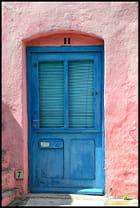 La porte bleue de la maison rose !