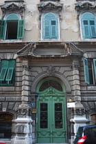 la porte d'entrée de l'immeuble ancien