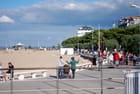 la promenade le long de la plage