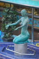 la statue au bord de la piscine