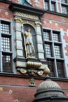 la statue en façade de l'arsenal