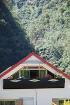 la terrasse coloré dans son écrin de montagnes