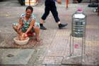 le bébé lavé sur le trottoir